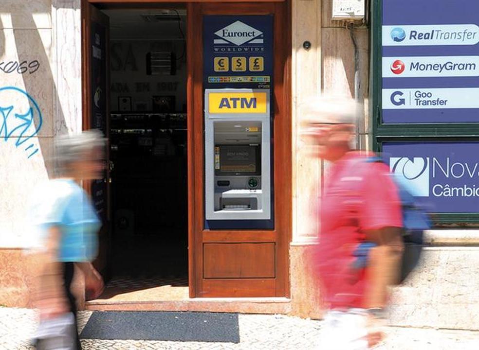 Máquinas multibanco estão a ser substituídas pelas ATM que cobram comissões sem pré-aviso