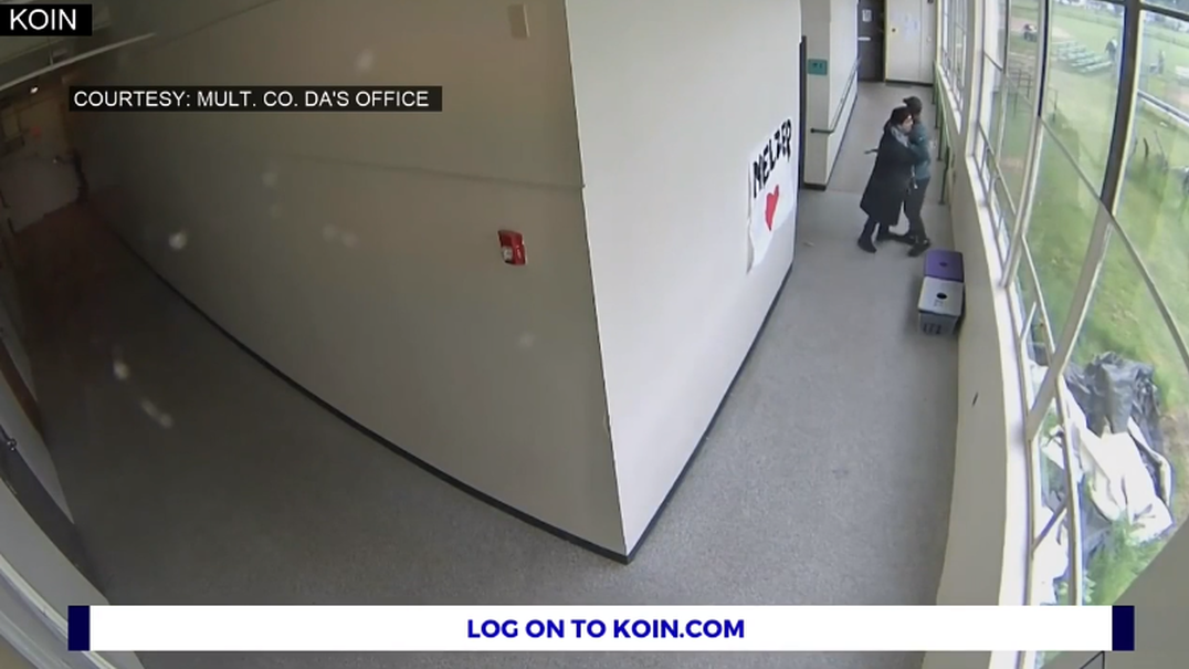 Vídeo mostra o momento em que um treinador desarma aluno com um abraço