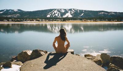 Ela adora viajar e fotografar-se sem roupa. Há imagens em Portugal