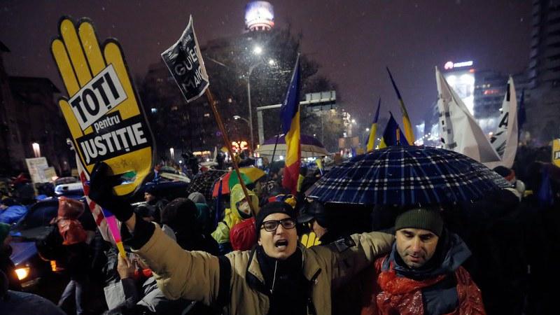 """Mais de 30 mil romenos na rua para dizer """"não à corrupção"""""""