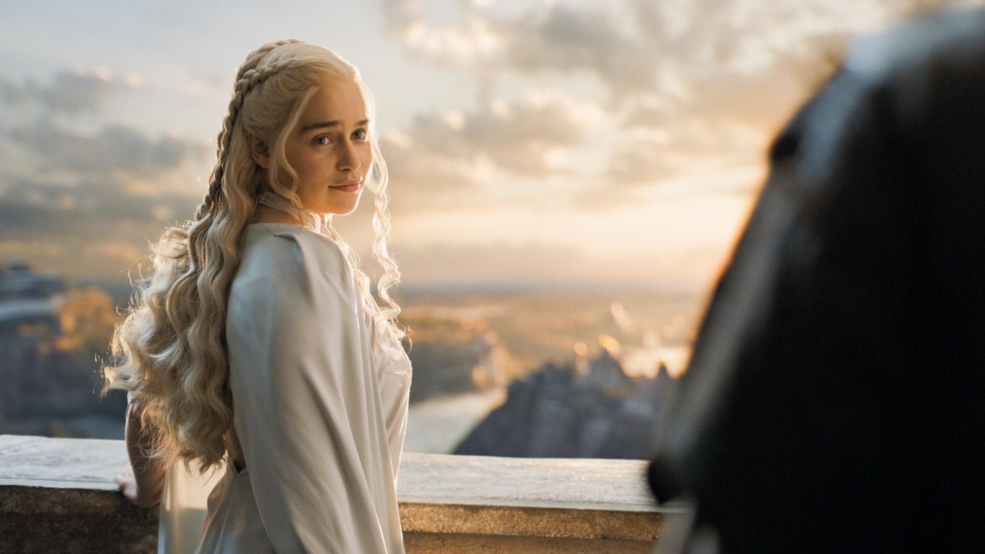 """""""A Guerra dos Tronos"""": Emilia Clarke revela que foi incentivada a fazer cenas de nudez para não desiludir os fãs"""
