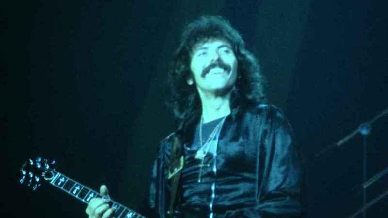 Music-check: Tony Iommi, guitarrista dos Black Sabbath, usa próteses nos dedos médio e anelar da mão direita?