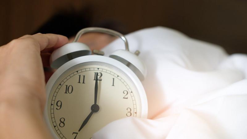 Adia o despertador e fica mais tempo na cama, de manhã? Saiba porque é que isso pode estragar o seu dia