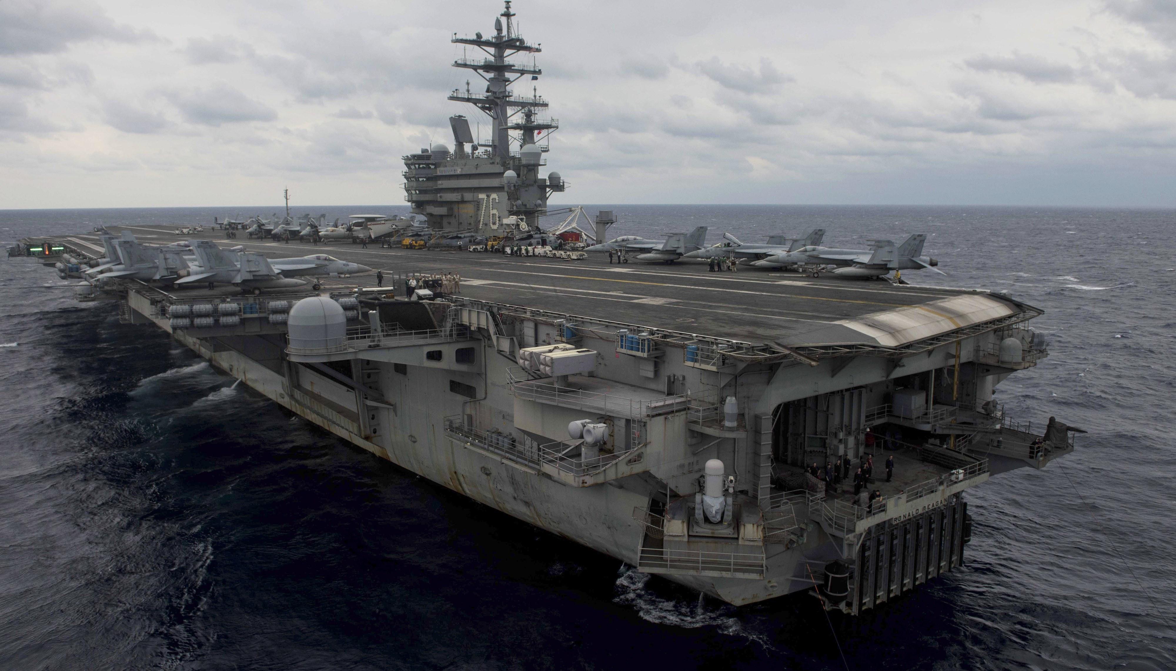 Avião militar norte-americano despenha-se no Pacífico. Oito pessoas resgatadas