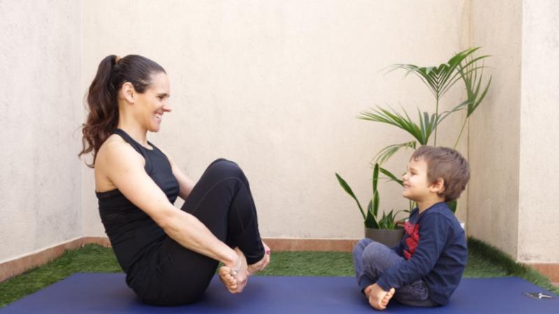 Hoje é dia de pilates para pais e filhos (em casa)
