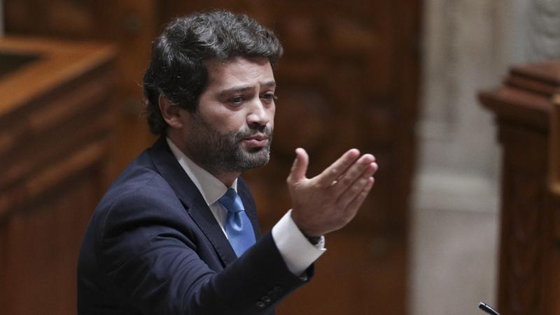 André Ventura acusa primeiro-ministro de mentir e mostra no parlamento faturas de polícias que compraram material