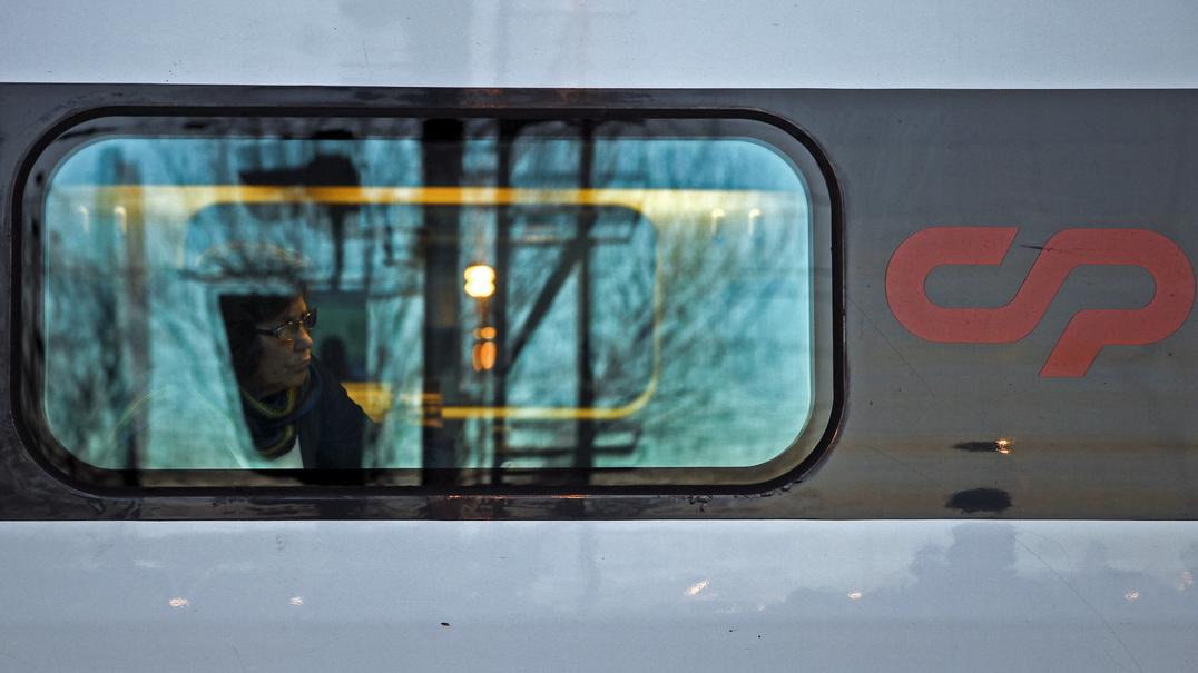 DECO explica que passageiros que são reencaminhados do Alfa Pendular para um comboio urbano podem pedir indemnização