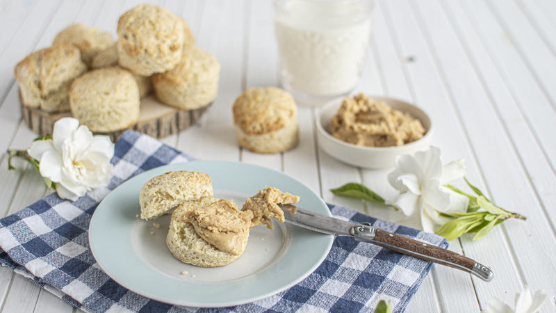 Scones deliciosos com manteiga de amendoim, leite e amêndoa