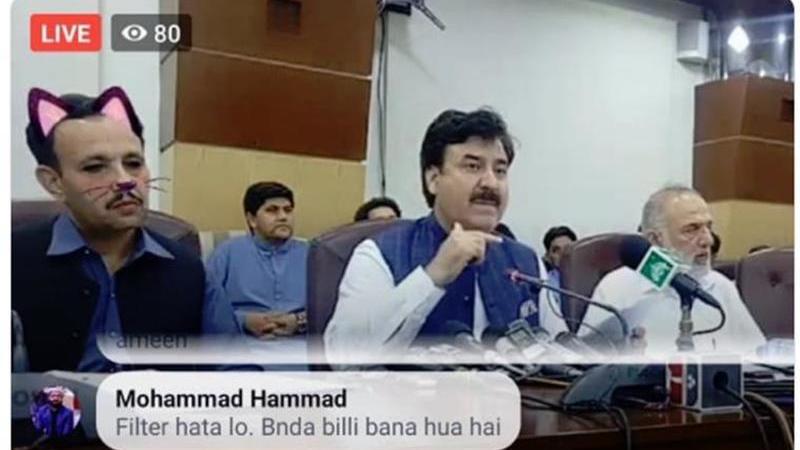 Político paquistanês dá conferência de imprensa com filtro de gato ligado