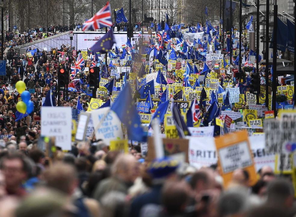 Dezenas de milhar de manifestantes contra o 'Brexit' desfilaram em Londres