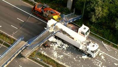Ponte de peões cai em autoestrada britânica e faz um ferido