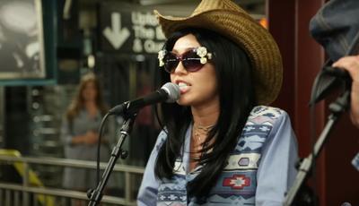 Atuação surpresa no Metro de Nova Iorque: Consegue reconhecer esta cantora?