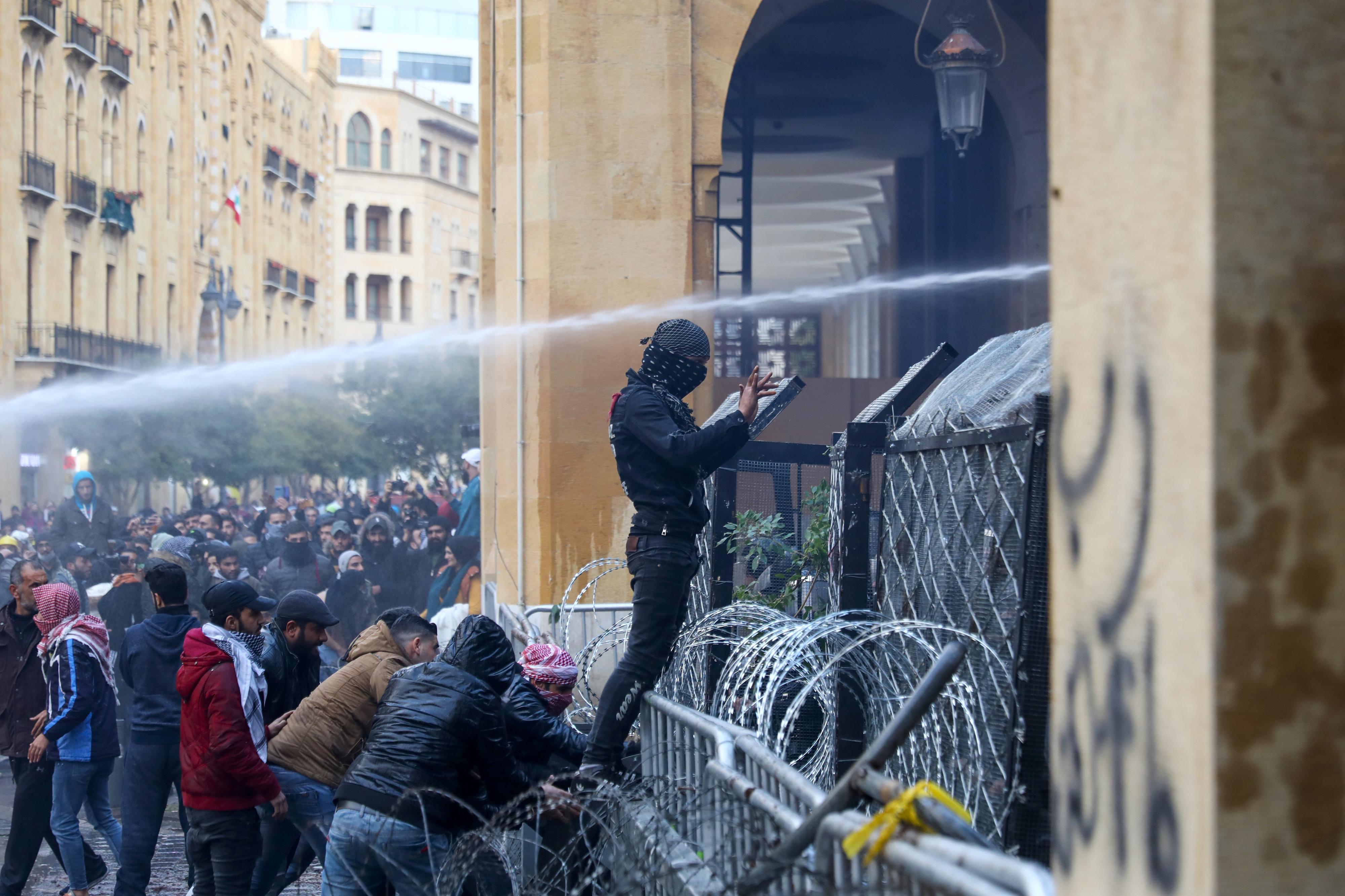 Confrontos entre manifestantes e polícias deixam 400 feridos no Líbano