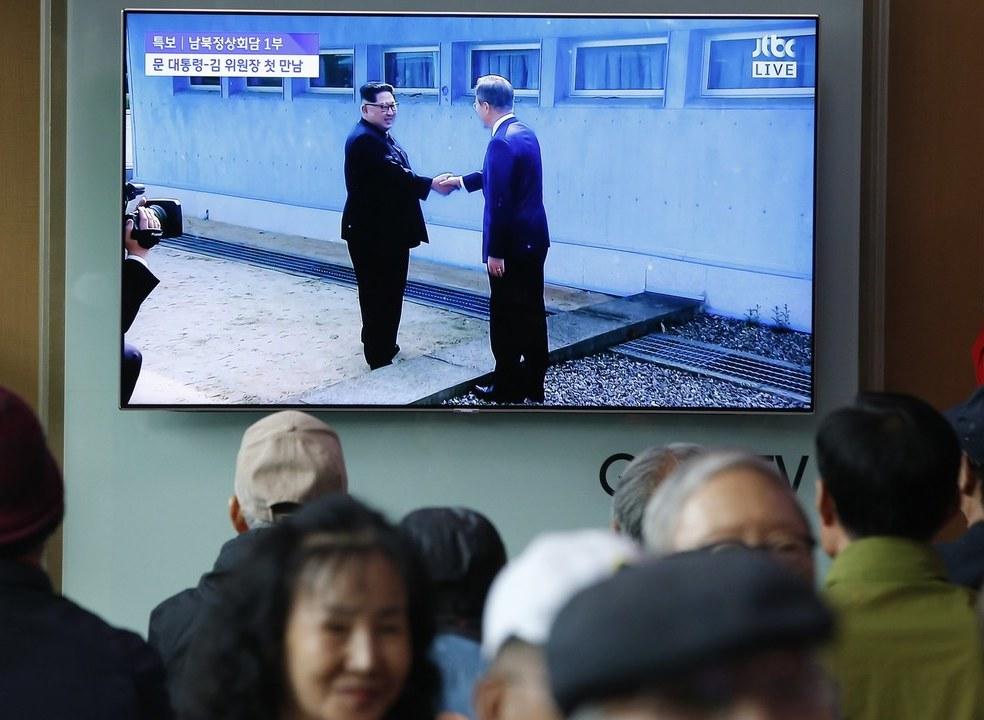 """Coreia: Norte e Sul em encontro histórico. Um aperto de mão, uma discussão de """"coração aberto"""" e um convite"""