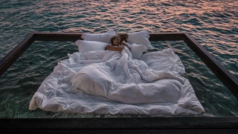 Neste hotel pode dormir numa rede no meio do oceano