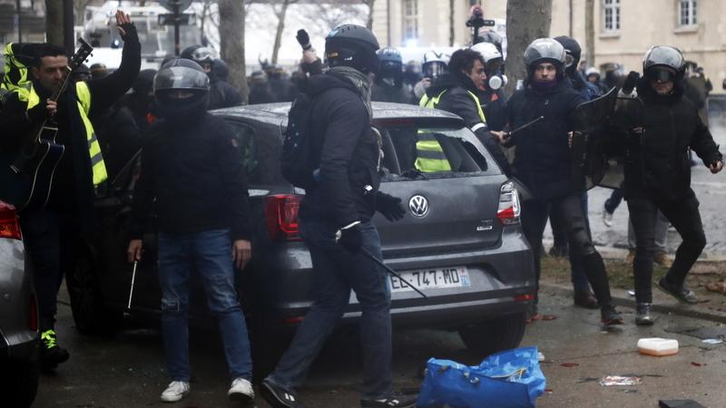 Confrontos violentos marcaram as manifestações dos coletes amarelos em França