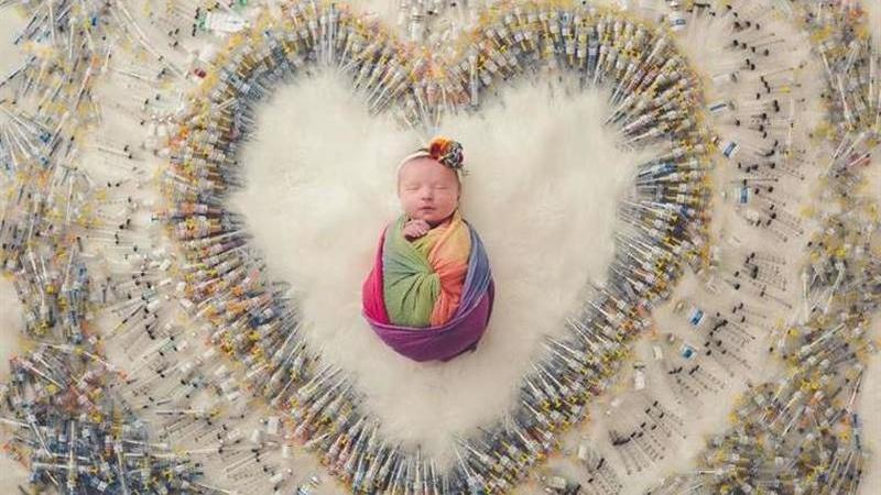 A imagem de uma bebé 'dentro' de um coração cheio de agulhas está a correr o mundo