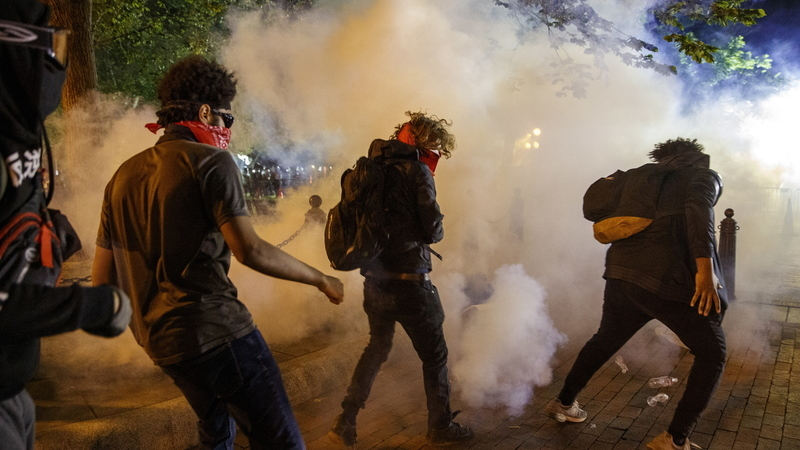 Protestos contra a morte de George Floyd. Polícia lança gás lacrimogéneo em frente à Casa Branca para dispersar manifestantes