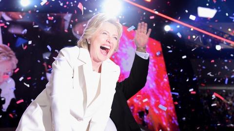 Hillary Clinton abre um frasco de picles para provar que está de boa saúde