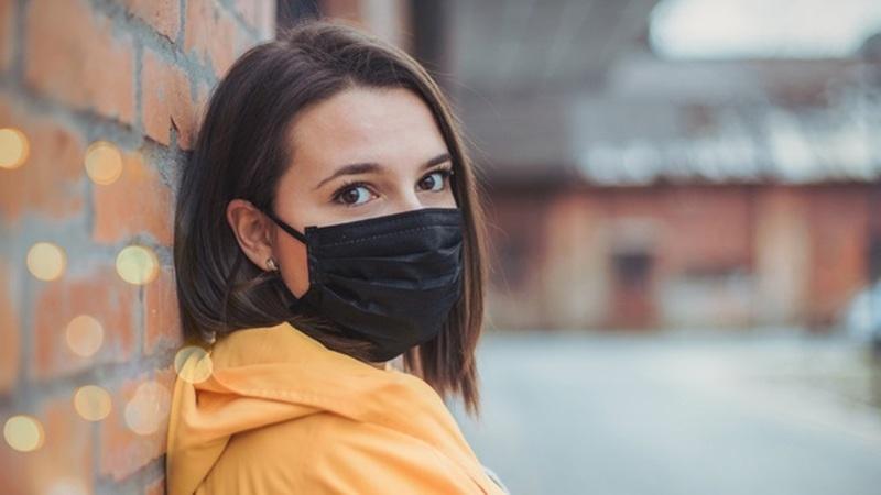Há cinco erros comuns ao utilizar máscara. Saiba se está a cometer algum