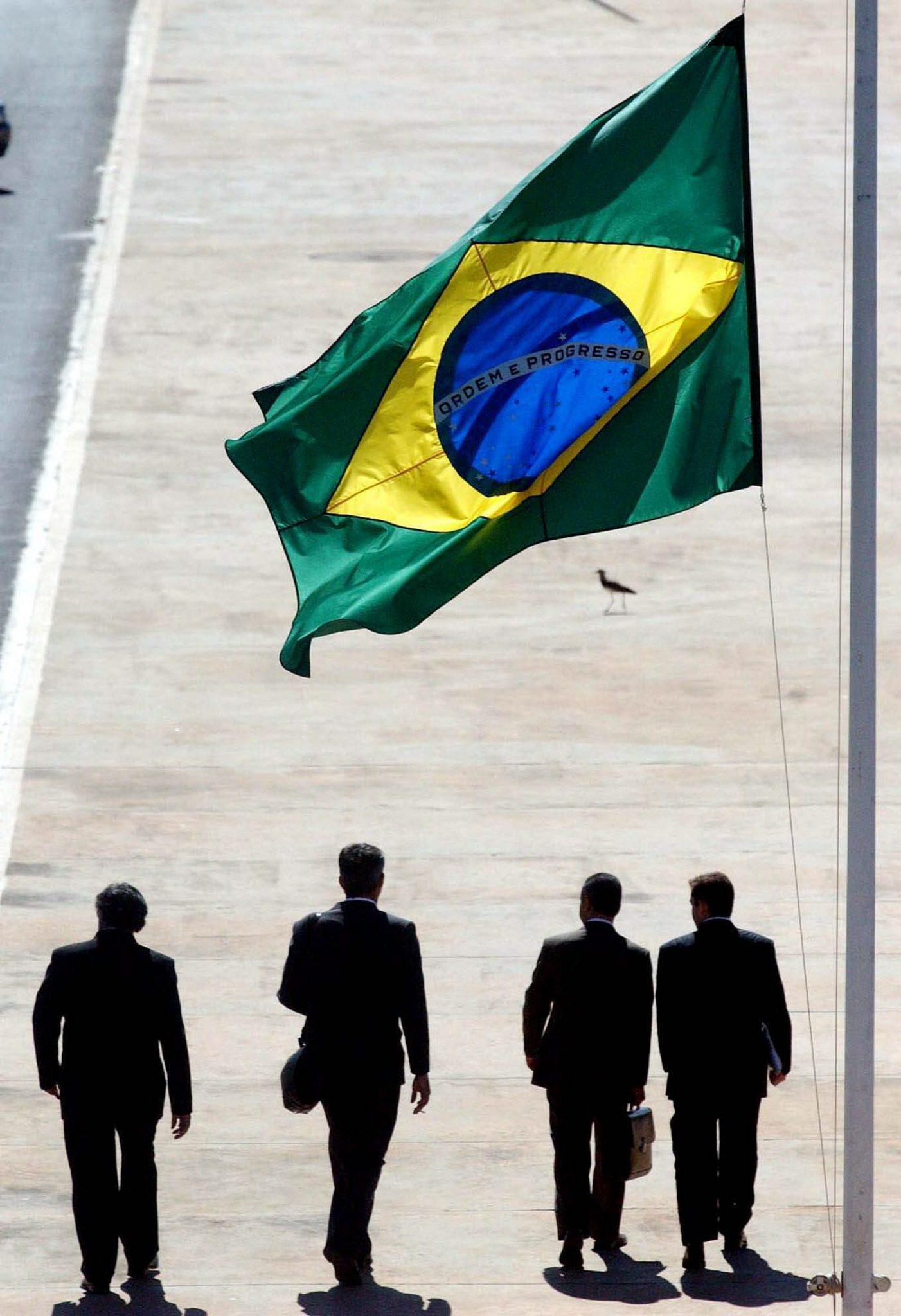 """Brasil tem em curso um """"golpe de Estado perfeito"""", diz escritor Eric Nepomuceno"""