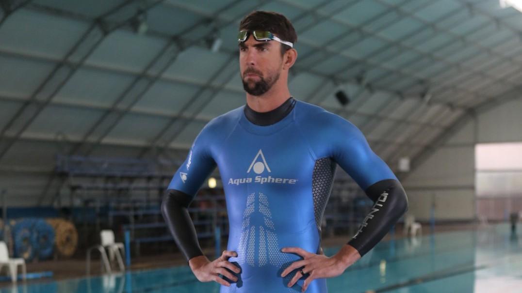 Michael Phelps aposta corrida com tubarão branco em alto mar
