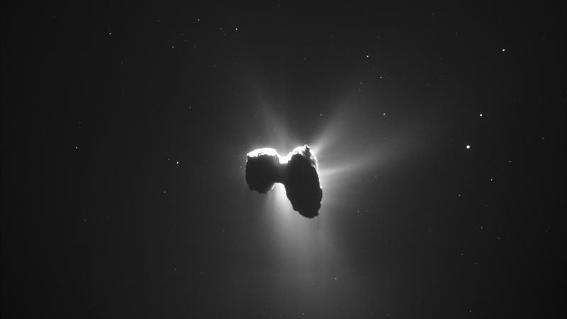 Lembra-se da missão Rosetta? Fotos mostram que havia uma mini lua a orbitar o cometa 67P