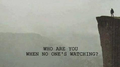 Quem somos nós quando estamos apenas na nossa presença?