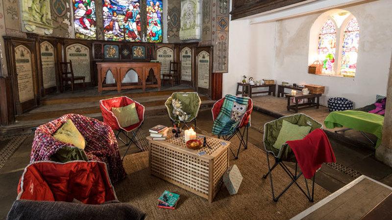 Acampar dentro de uma igreja? Chama-se Champing e é tendência em Inglaterra