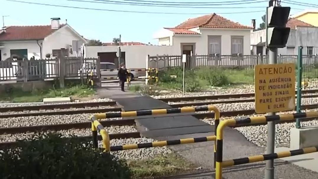Mulher morre colhida por comboio enquanto estava distraída com o telemóvel