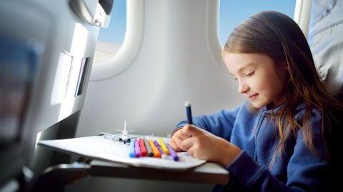 O que não pode esquecer antes de embarcar num avião com os seus filhos
