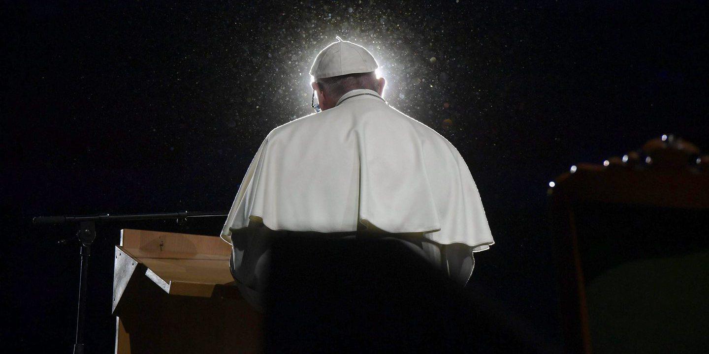 Papa pede coragem para enfrentar corrupção, extorsão e tráficos