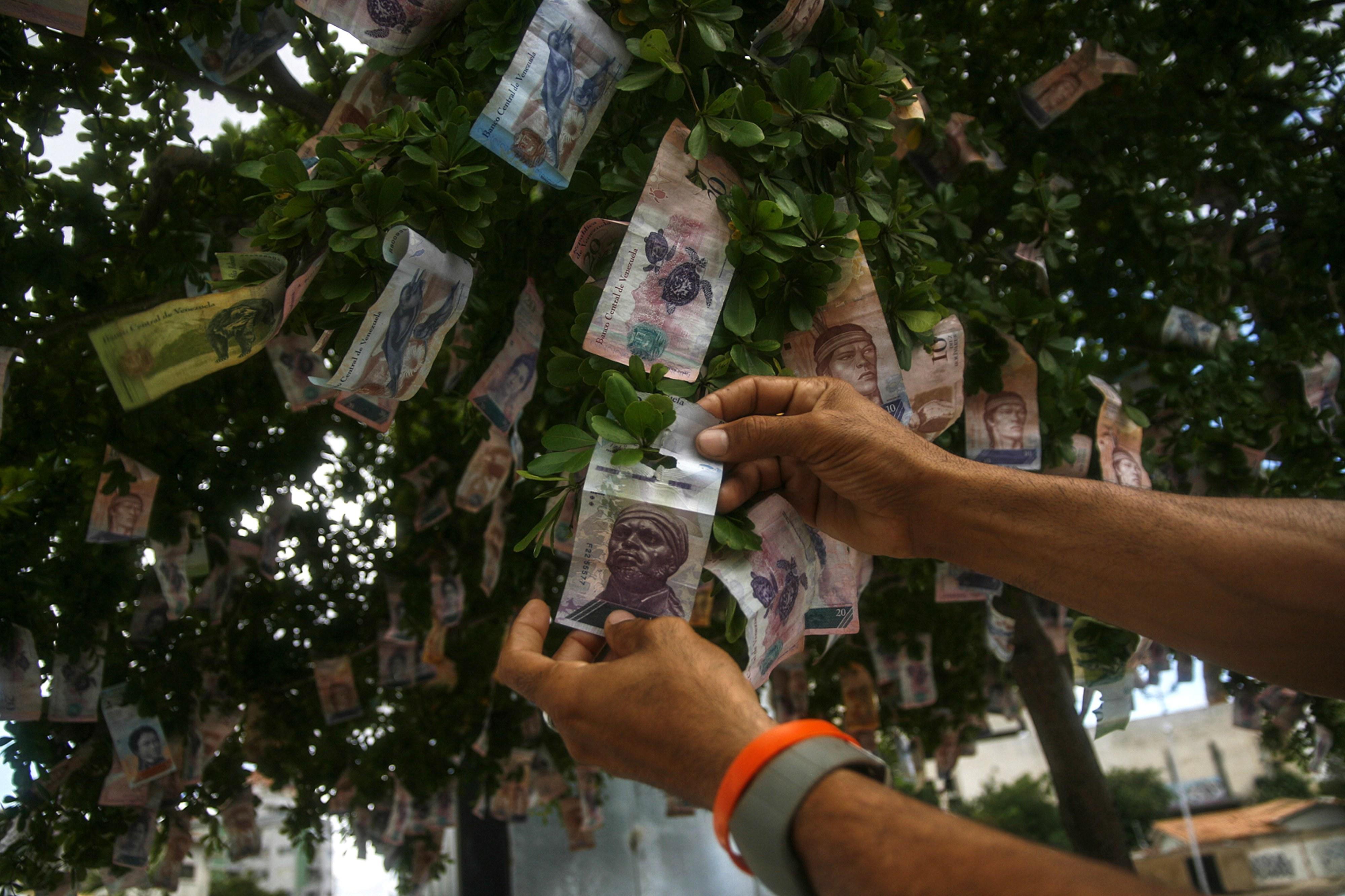 Maduro anuncia reconversão monetária e elimina três zeros ao bolívar venezuelano