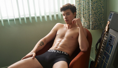 """Viral: Shawn Mendes tira a roupa para campanha e """"aquece"""" redes sociais"""