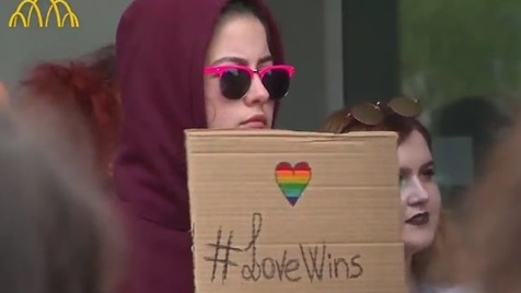 Mais de 100 pessoas participam na primeira marcha gay de Bragança