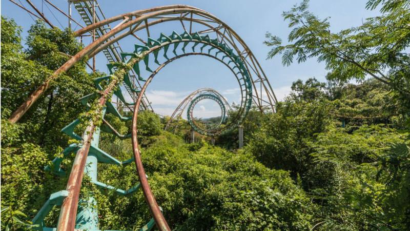 Fotógrafo desvenda fotos de parque de diversões consumido pela vegetação