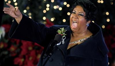 """Aretha Franklin: Amigos célebres visitam cantora, igreja em Detroit faz vigília pela """"rainha do soul"""""""