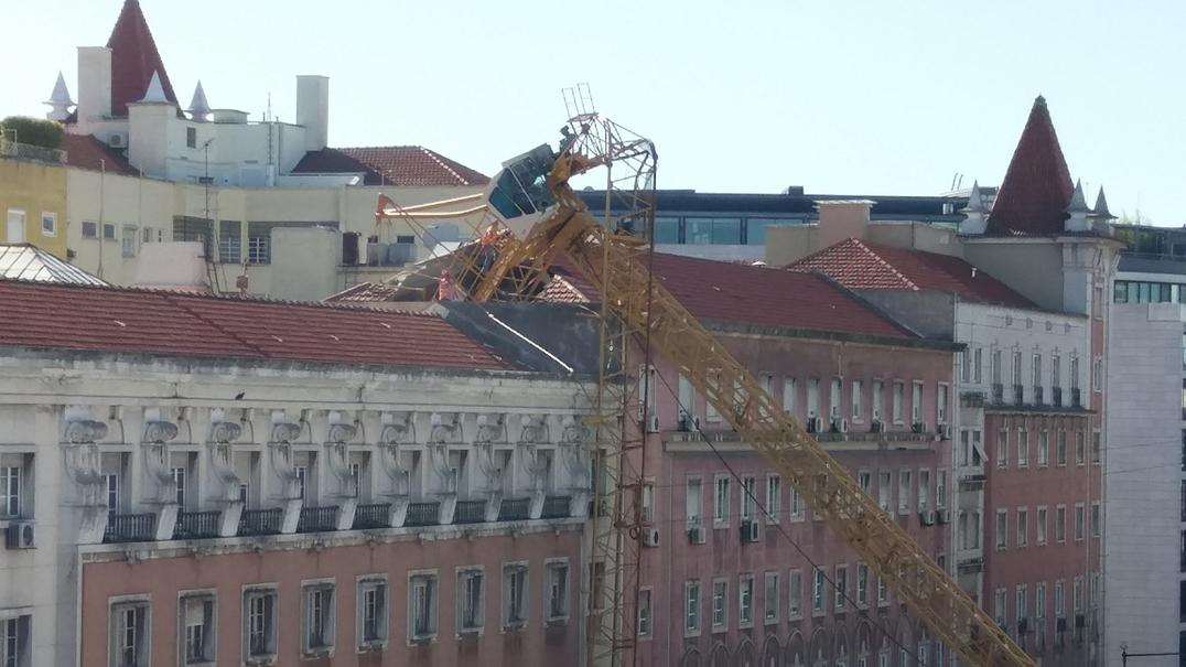 Lisboa. Caiu grua na Avenida António Augusto de Aguiar. Um ferido ligeiro