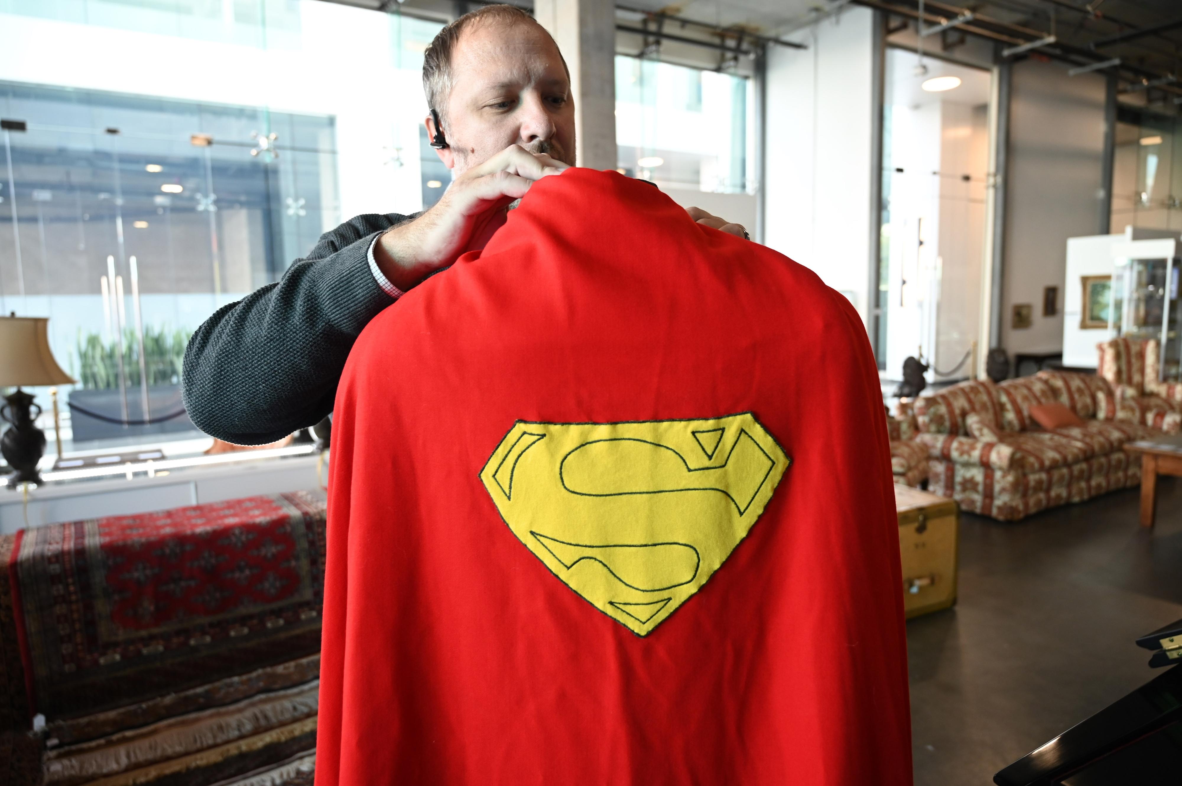 """Capa do Super-Homem e cachimbo de """"O Senhor dos Anéis"""" vão ser leiloados"""