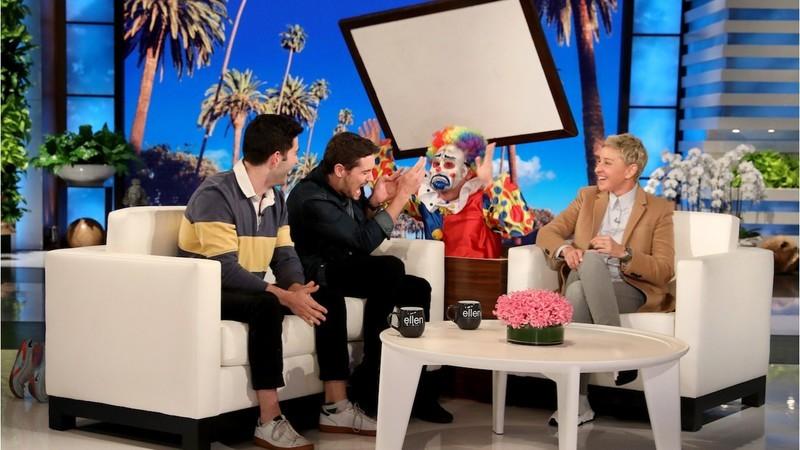 Hilariante: Ellen DeGeneres não consegue parar de assustar estes dois amigos