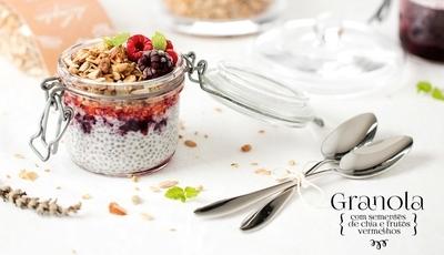 Granola com sementes de chia e frutos vermelhos