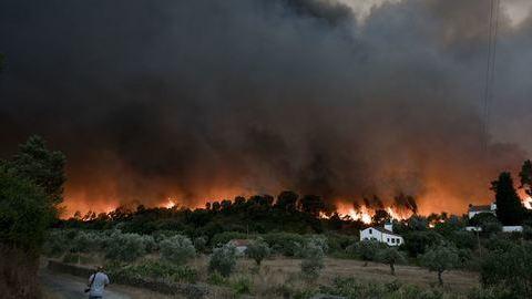 Incêndio de grandes dimensões ameaça aldeias em Abrantes