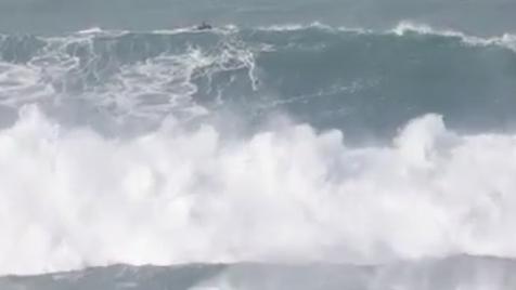 O mar da Nazaré volta a fazer das suas. Havaiano 'agarra' onda monstruosa