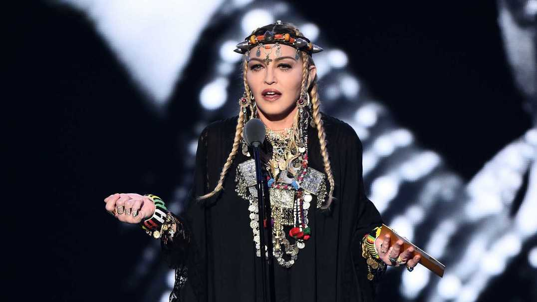 Madonna mostra dotes da filha a tocar piano