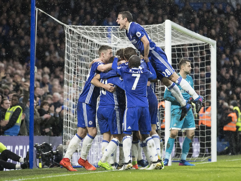 Chelsea vence com três golos espanhóis, Marco Silva empata e cai uma posição