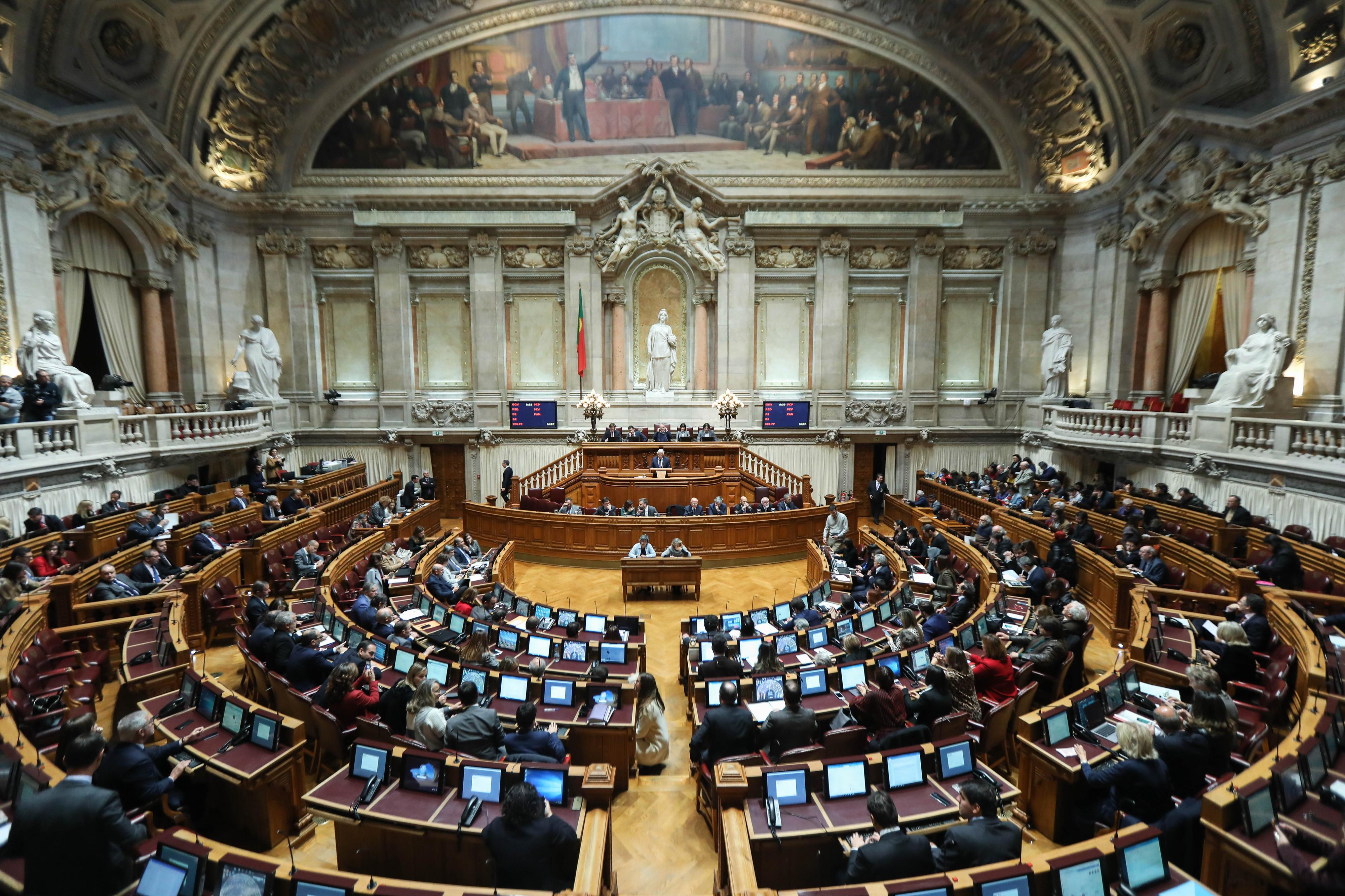 Obrigação de empresas corrigirem desigualdades salariais segue para comissão parlamentar