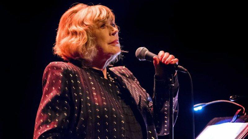 COVID-19: cantora Marianne Faithfull internada em Londres depois de teste positivo