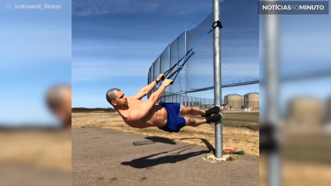 Jovem utiliza poste para fazer exercício inovador