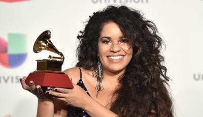 "Grammys Latinos: cantora lamenta ""ameaça neofascista"" no Brasil"