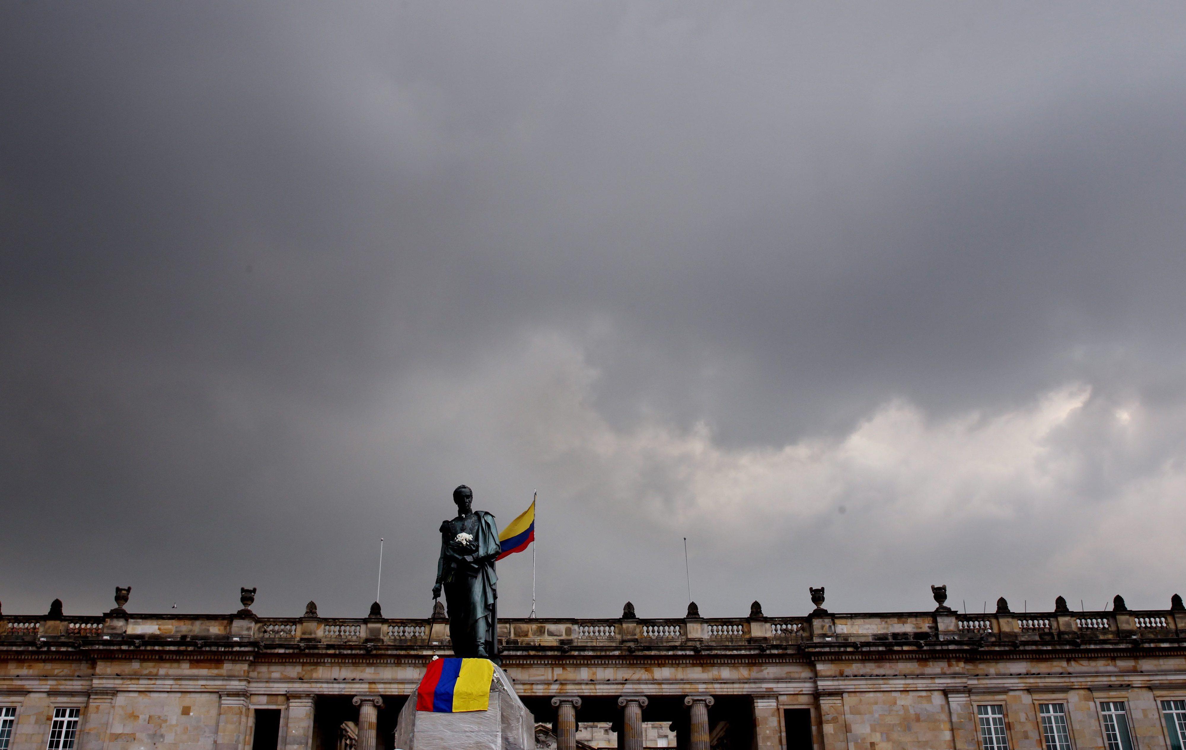 Roubada parte da espada da estátua de Simón Bolívar no centro de Bogotá